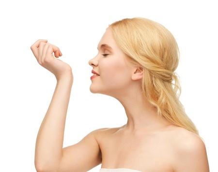 olfato: imagen de pefrume joven que huele en su mano
