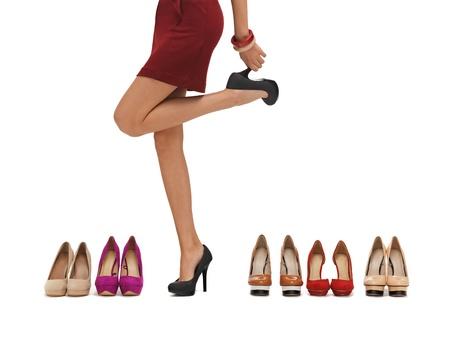 buying shoes: piernas largas mujer s con tacones altos y los zapatos Foto de archivo