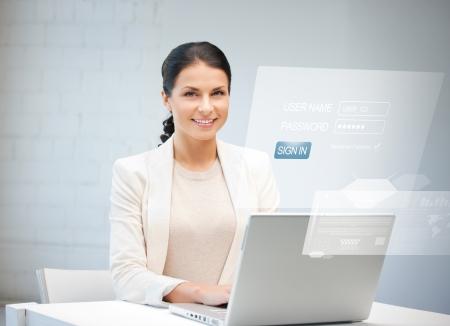 contraseña: Foto de mujer feliz con el ordenador portátil y la pantalla virtual Foto de archivo