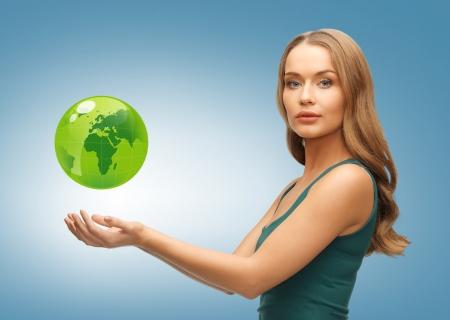 planeta tierra feliz: imagen de la mujer con globo verde en sus manos