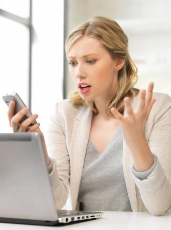 beeld van de verwarde vrouw met mobiele telefoon