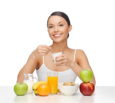 comiendo cereal: Foto de mujer joven comer el desayuno saludable Foto de archivo