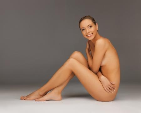 mujer desnuda sentada: Foto de mujer desnuda saludable sentado en el suelo Foto de archivo
