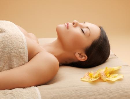 salon beaut�: image de la femme dans le salon de spa sur le bureau de massage