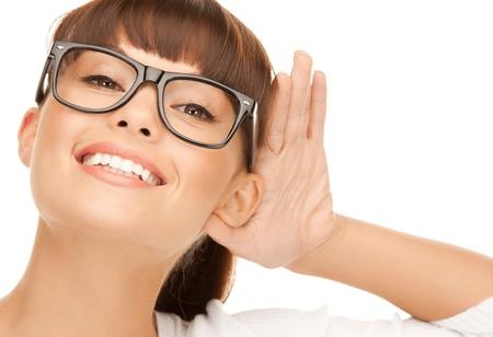 oir: imagen brillante de una mujer feliz escuchando chismes