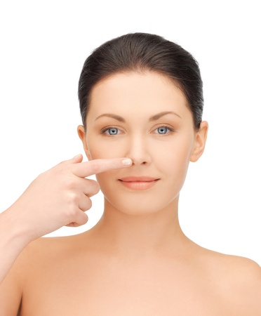 nariz: frente a la hermosa mujer tocando su nariz