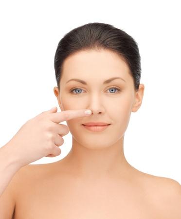 nose: volto della bella donna di toccare il suo naso