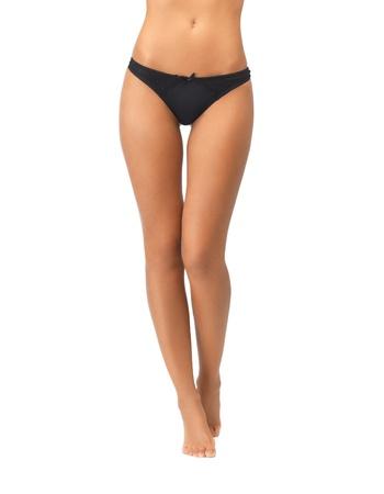 piedi nudi di bambine: foto di gambe femminili in mutandine bikini nero