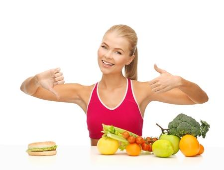 comida rica: Mujer con frutas y hamburguesas con signos positivos y negativos