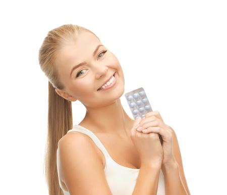 birth control: Foto de una mujer joven con un paquete de pastillas