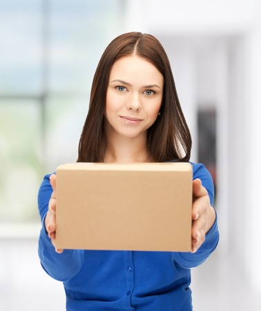retour: Foto van aantrekkelijke zakenvrouw leveren doos