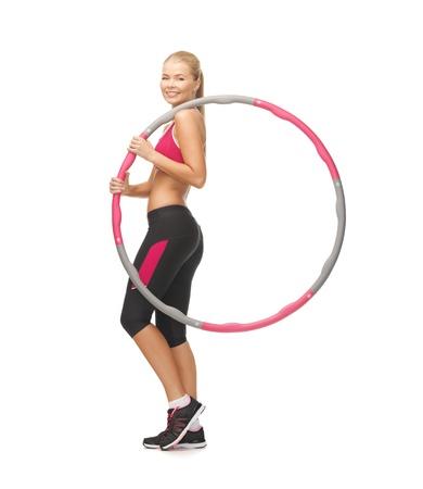 Foto van jonge sportieve vrouw met hoepel