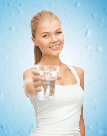 jolie fille: image de jeune femme souriante avec un verre d'eau Banque d'images