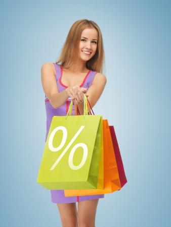 割引: 買い物袋を運ぶ魅力的な女性の写真 写真素材