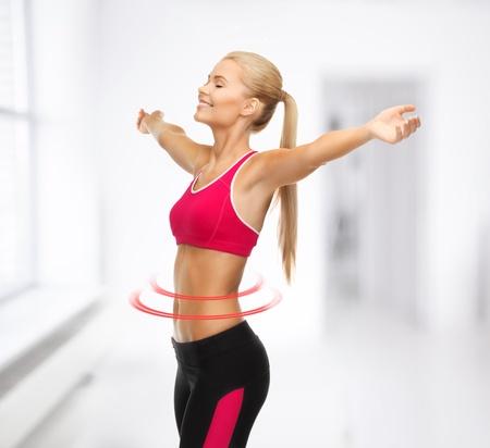 mooie gelukkige sportvrouw met opgewekt handen