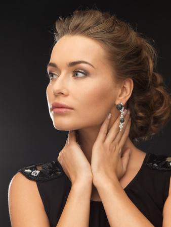 aretes: mujer hermosa en vestido de noche que llevaba aretes de diamantes Foto de archivo
