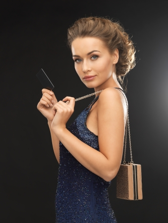 traje de gala: hermosa mujer en traje de noche con tarjeta vip