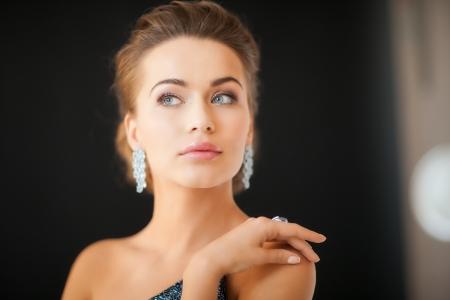 donna ricca: bella donna in abito da sera indossare orecchini di diamanti Archivio Fotografico