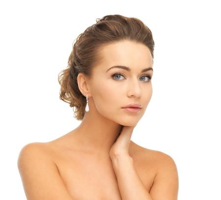 edelstenen: mooie vrouw in witte jurk en diamanten oorbellen