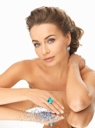saffier: mooie vrouw met cocktail ring op de spiegel Stockfoto