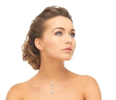 close-up van mooie vrouw dragen glimmende diamanten halsketting