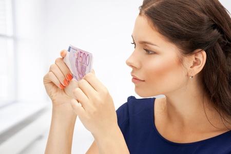 dinero falso: imagen de mujer encantadora con dinero en efectivo euro