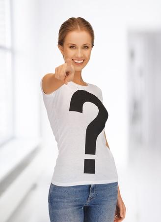 kwis: beeld van de gelukkige en lachende vrouw die haar vinger