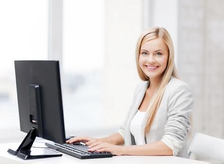 using the computer: Foto de empresaria sonriente con su equipo