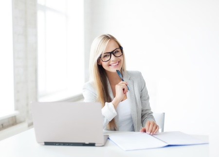 del secretario: Imagen interior de la mujer sonriente con los documentos y la pluma