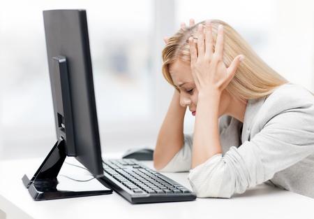 estr�s: Foto de empresaria acentuada con el ordenador en el trabajo