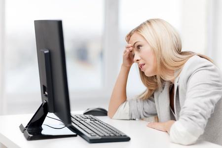 persona confundida: Foto de empresaria acentuada con el ordenador en el trabajo