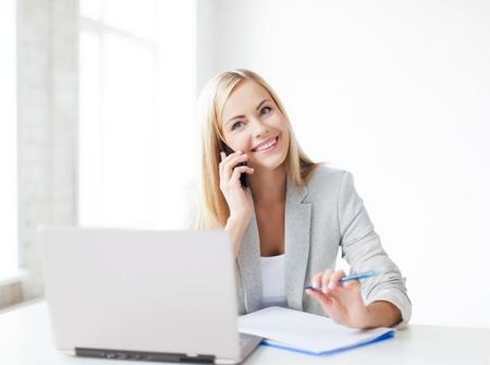 secretaria: de negocios hablando por el tel?fono y tomar notas Foto de archivo