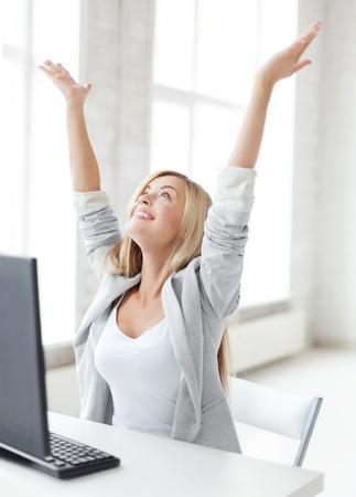 beeld van de gelukkige vrouw viert haar overwinning Stockfoto