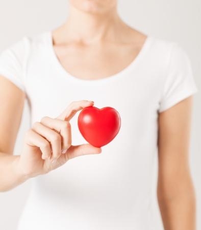 Herzkrankheit: Nahaufnahme von Frau H�nde mit Herz