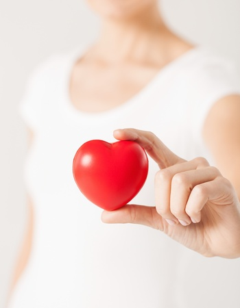 près des mains de femme avec le coeur