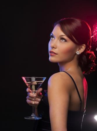 robe de soir�e: belle femme en robe de soir�e avec un cocktail Banque d'images