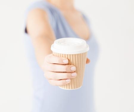 pausa: cerca de la mano de la mujer holding llevar la taza de caf�