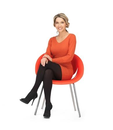 gente sentada: Mujer bonita en traje sentado en la silla Foto de archivo