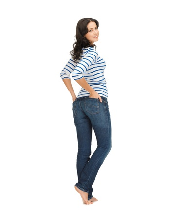 descalza: imagen de hermosa mujer joven con los pantalones vaqueros