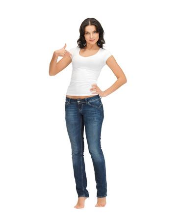 descalza: mujer feliz en blanco camiseta blanca apuntando a s? misma Foto de archivo