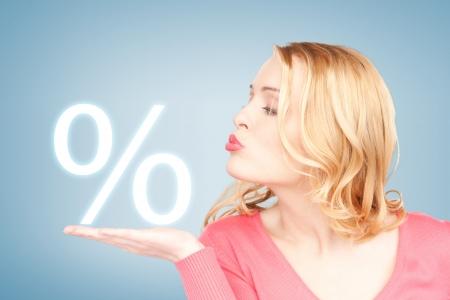 beeld van de vrouw teken van procent in haar hand