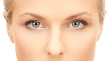 美しい若い女性の顔のクローズ アップ