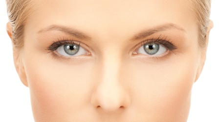 Gros plan du visage de la belle jeune femme