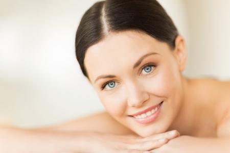 rejuvenating: immagine della donna in spa salon sdraiata sulla scrivania massaggio