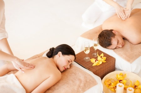 spa candle: picture of couple in spa salon getting massage