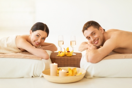 pareja saludable: Foto de joven en sal?n del balneario bebiendo champ?n