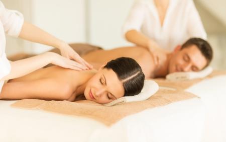 Massage: картина пара в спа-салон, получение массаж Фото со стока