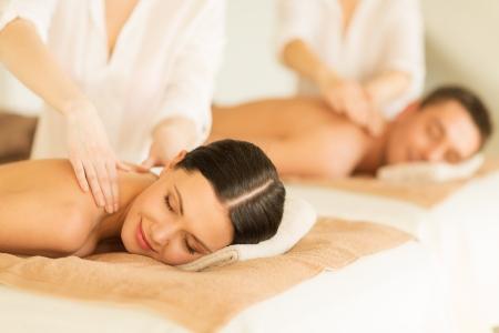 massage: Bild eines Paares in Spa-Salon, Massage