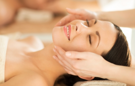 masajes faciales: cerca de la mujer en el salón de spa recibiendo tratamiento facial Foto de archivo