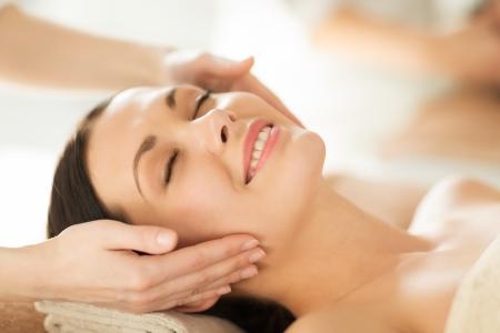 cerca de la mujer en el salón de spa recibiendo tratamiento facial
